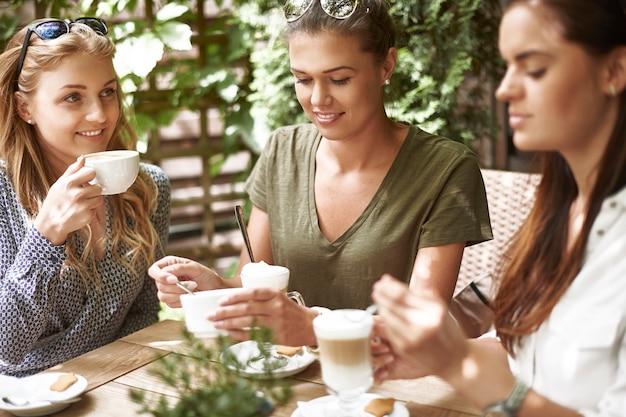Kobiety Przy Kawie Z Przyjaciółmi Darmowe Zdjęcia