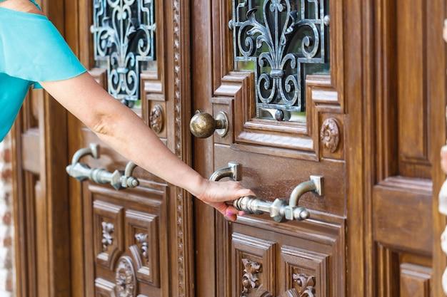 Kobiety Ręcznie Otwierają Klamkę Lub Otwierają Drzwi. Premium Zdjęcia