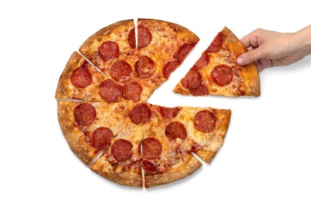 Kobiety Ręka Bierze Plasterek Pepperoni Pizza Na Białym Tle Odizolowywającym. Premium Zdjęcia
