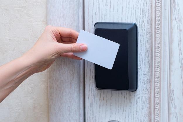 Kobiety Ręka Otwiera Hotelowego Drzwi Z Kartą Premium Zdjęcia