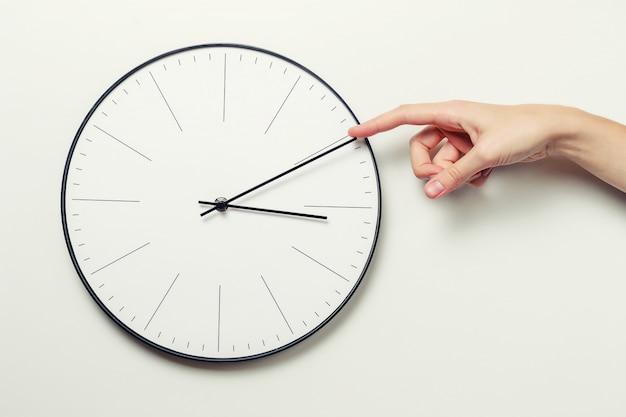 Kobiety ręki przerwy czas na round zegarze, zarządzania czasem i ostatecznego terminu pojęciu ,. Premium Zdjęcia
