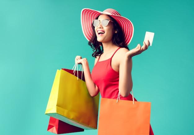 Kobiety robią zakupy latem używa karty kredytowej i lubi robić zakupy. Premium Zdjęcia