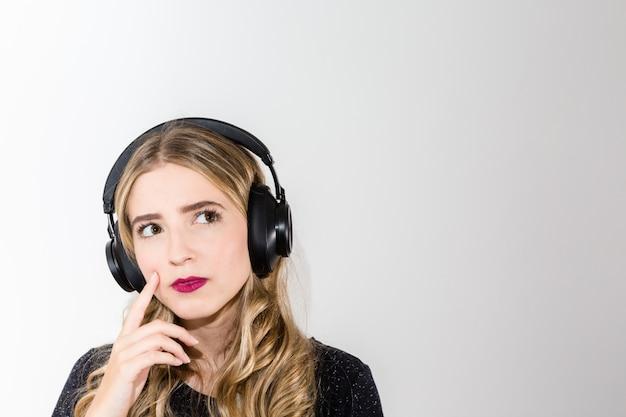 Kobiety słuchająca muzyka na hełmofonach z kopii przestrzenią dla teksta Premium Zdjęcia