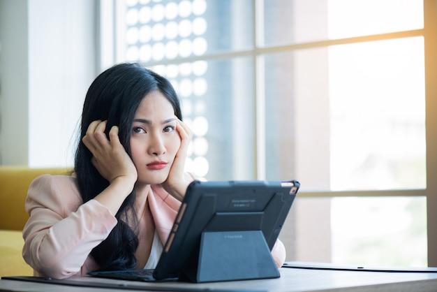 Kobiety Stresujące Się Na Pracy W Biurze, Koncepcja Zespołu Office Premium Zdjęcia