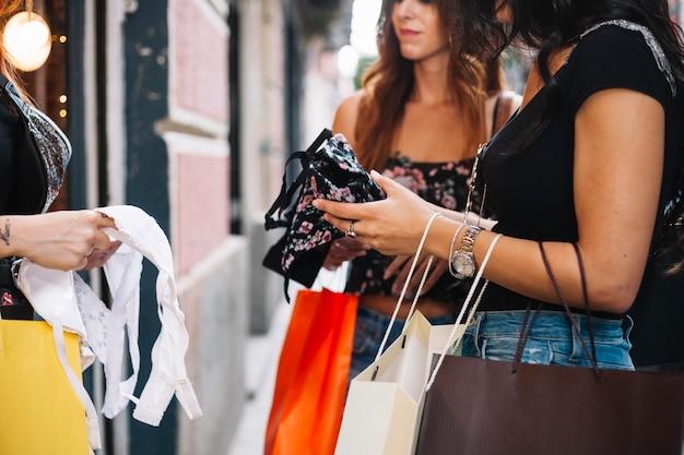 Kobiety trzymające papierowe torby i bieliznę Darmowe Zdjęcia