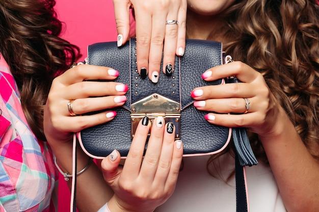 Kobiety Trzymające Skórzaną Torebkę Z Modnym Manicure. Premium Zdjęcia
