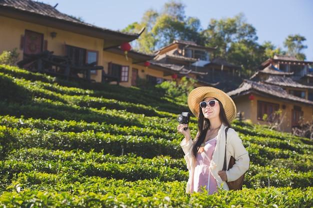 Kobiety-turyści, którzy robią zdjęcia atmosfery i uśmiechają się radośnie. Darmowe Zdjęcia