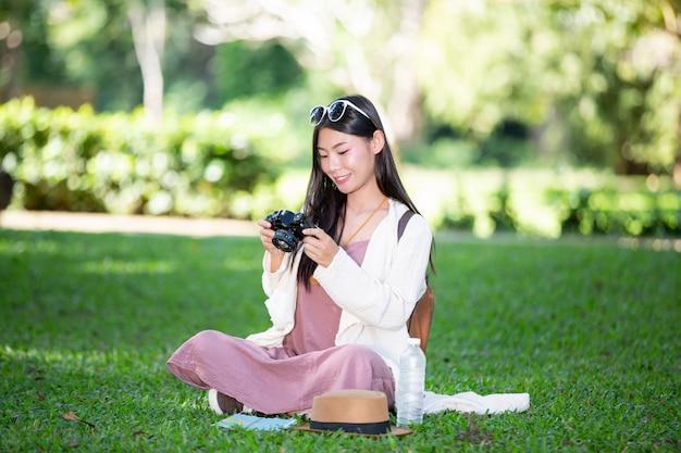 Kobiety-turyści, którzy robią zdjęcia z atmosfery Darmowe Zdjęcia