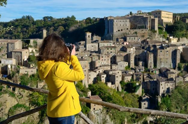 Kobiety Turysta Robi Fotografii średniowieczny Tuff Sorano Miasteczko W Włochy Premium Zdjęcia