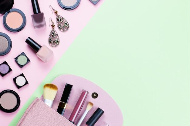 Kobiety Tworzą Produkty I Akcesoria Na Pasteltable Premium Zdjęcia