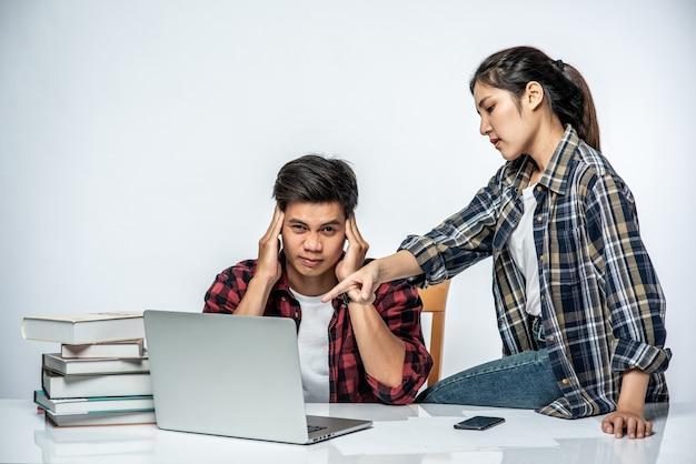 Kobiety Uczą Mężczyzn Pracy Z Laptopami W Pracy. Darmowe Zdjęcia