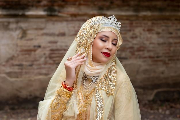 Kobiety W Indonezyjskiej Sukni ślubnej Premium Zdjęcia