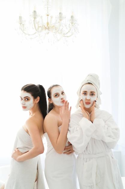 Kobiety Z Kosmetykami Do Twarzy Darmowe Zdjęcia