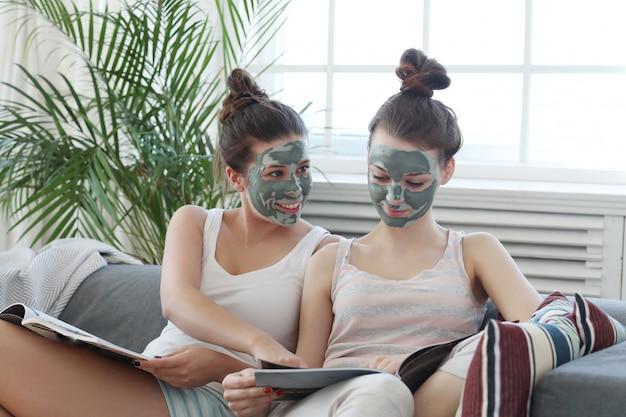 Kobiety Z Maską Twarzy, Uroda I Koncepcja Pielęgnacji Skóry Darmowe Zdjęcia