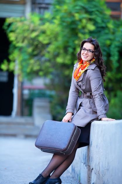 Kobiety z walizką przy plenerowym. Premium Zdjęcia