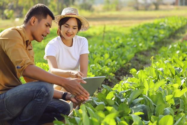 Kobiety Zainteresowane Rolnictwem Ekologicznym. Uczy Się Od Mówcy Na Prawdziwym Polu. Premium Zdjęcia