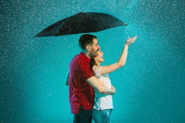 Kochająca Para W Deszczu Darmowe Zdjęcia