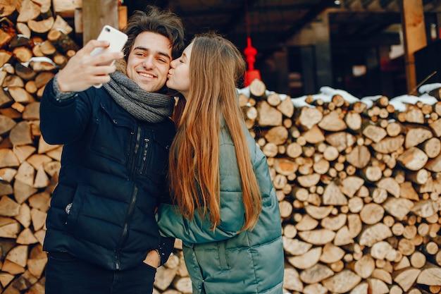 Kochająca Pary Pozycja W Zima Parku Darmowe Zdjęcia