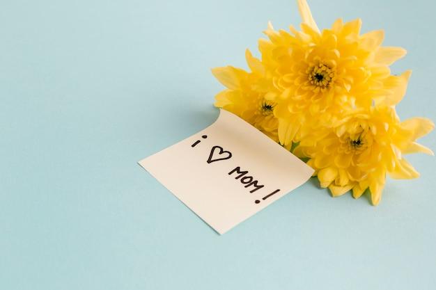 Kocham Nutę Mamy W Pobliżu żółtych Kwiatów Darmowe Zdjęcia