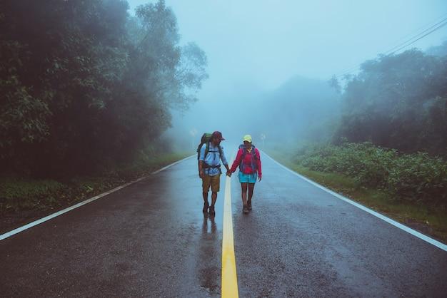 Kochanka azjatykci mężczyzna i azjatykcie kobiety podróżujemy naturę. Premium Zdjęcia