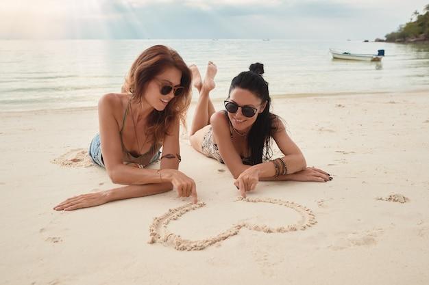 Kochankowie Młoda Para Dziewczyn. Na Plaży . Pojęcie Lgbt Premium Zdjęcia