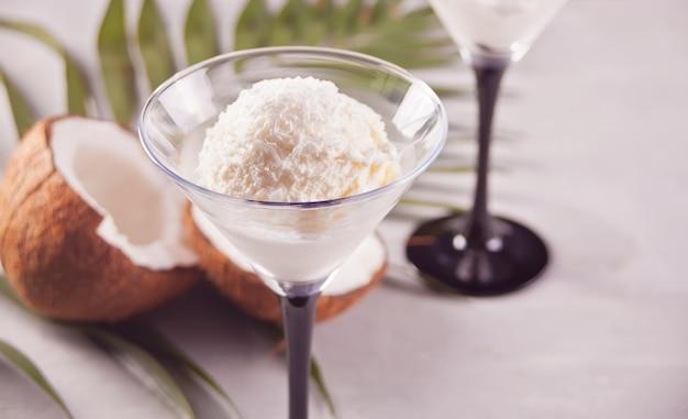 Kokosowy Lody Na Szarym Tle Z Palmowym Liściem I Koksem Premium Zdjęcia