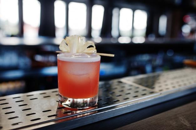 Koktajl Alkoholowy Z Ananasem Przy Stole Barowym Premium Zdjęcia