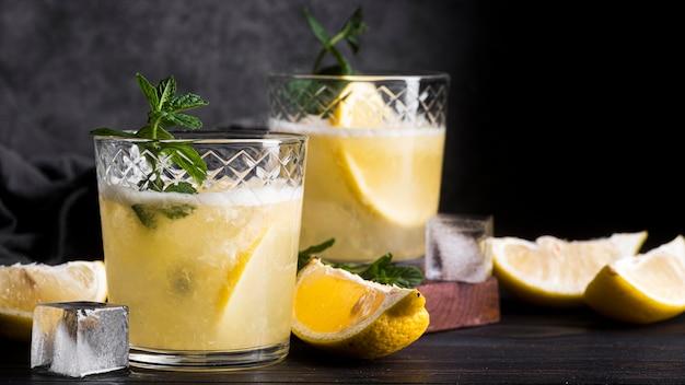Koktajl Alkoholowy Z Plasterkami Cytryny Darmowe Zdjęcia