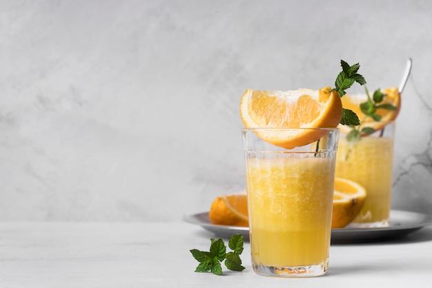 Koktajl Alkoholowy Z Pomarańczą I Miętą Premium Zdjęcia