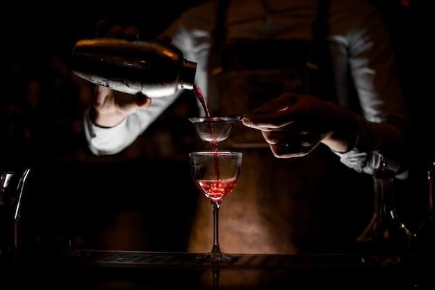 Koktajl Nalewający Barman Z Sitkiem W Szkle Premium Zdjęcia