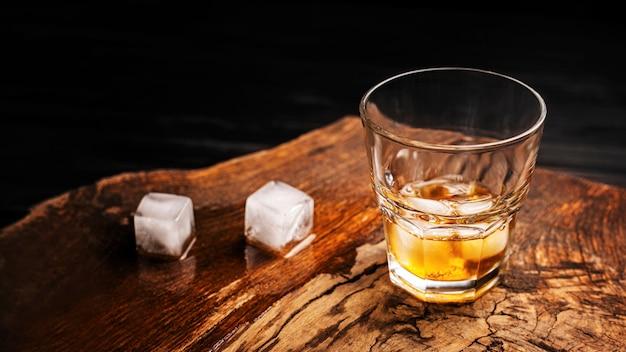 Koktajl Whisky Z Lodem Premium Zdjęcia