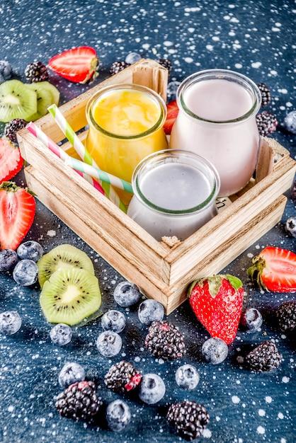 Koktajl z letnich owoców i jagód Premium Zdjęcia