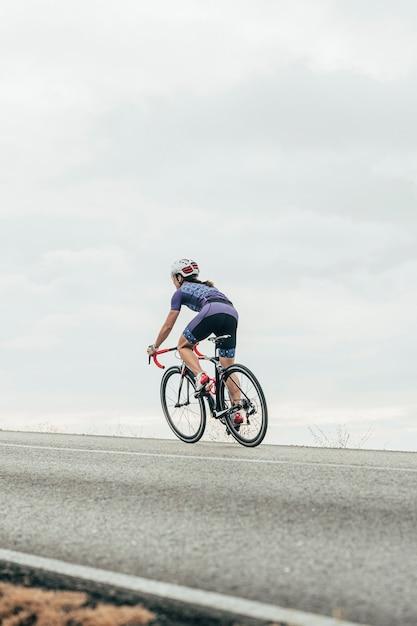 Kolarz Szosowy Na Rowerze Pod Górę Premium Zdjęcia