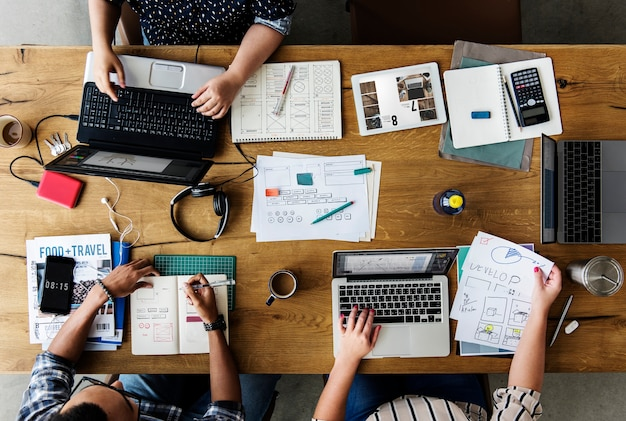 Koledzy pracujący razem przy biurku na laptopie Premium Zdjęcia