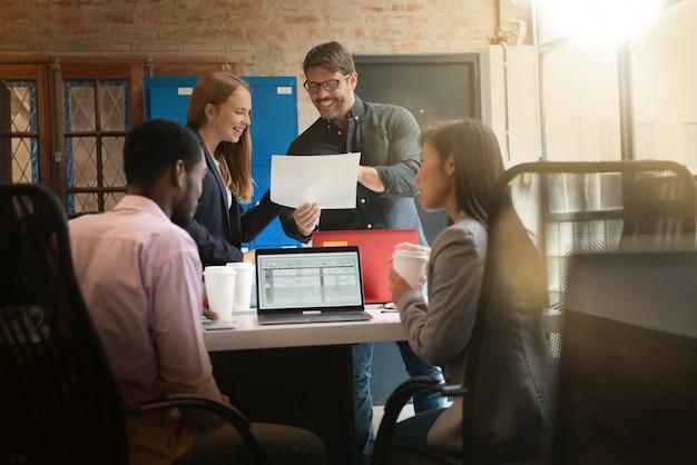 Koledzy pracujący w nowoczesnej przestrzeni biurowej Premium Zdjęcia
