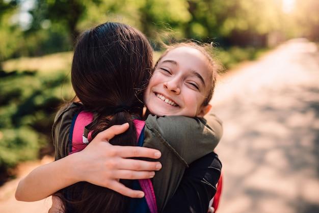 Koledzy przytulanie w pierwszym dniu szkoły Premium Zdjęcia
