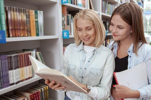 Kolegium przyjaciół w bibliotece razem Premium Zdjęcia