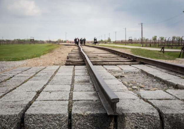 Kolej Do Niemieckiego Obozu Koncentracyjnego Auschwitz Ii W Polsce. Premium Zdjęcia