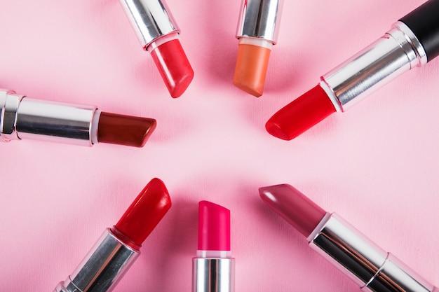 Kolekcja Różne Kolorowe Pomadki Na Różowym Powierzchni Darmowe Zdjęcia
