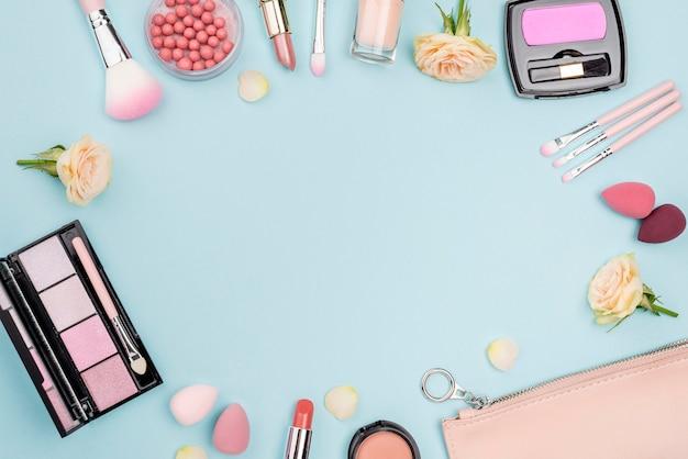 Kolekcja Różnych Kosmetyków Z Miejsca Kopiowania Na Niebieskim Tle Darmowe Zdjęcia