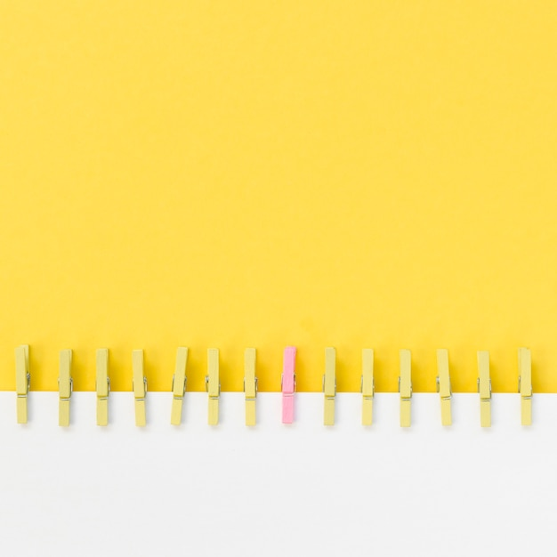 Kolekcja Spinaczy Do Bielizny Obok Różowego Darmowe Zdjęcia