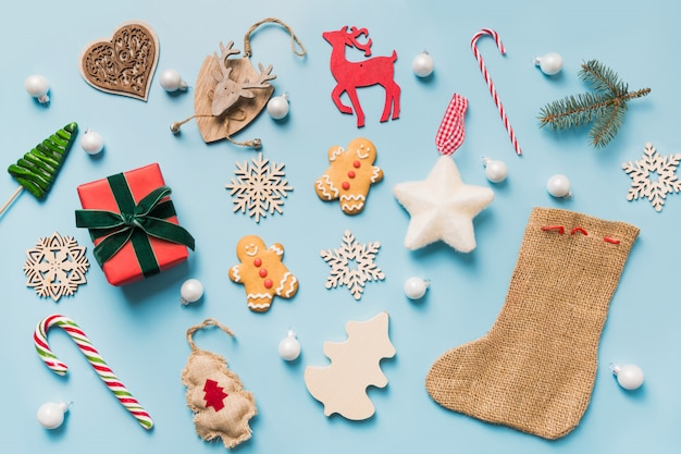 Kolekcja świąteczna z kulkami, płatkami śniegu, reniferem, laską cukrową, wieńcem. szablon, projekt. leżał płasko. widok z góry. Premium Zdjęcia