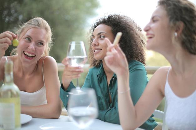 Koleżanki Obok Siebie, Picie Wina I śmiejąc Się Darmowe Zdjęcia