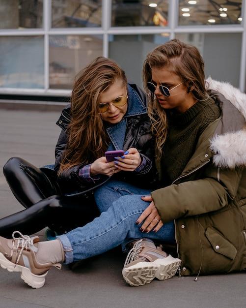 Koleżanki Razem Na Zewnątrz Ze Smartfonem Darmowe Zdjęcia