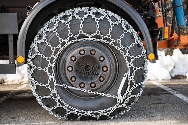 Koło samochodu ciężarowego z łańcuchami śniegowymi Premium Zdjęcia
