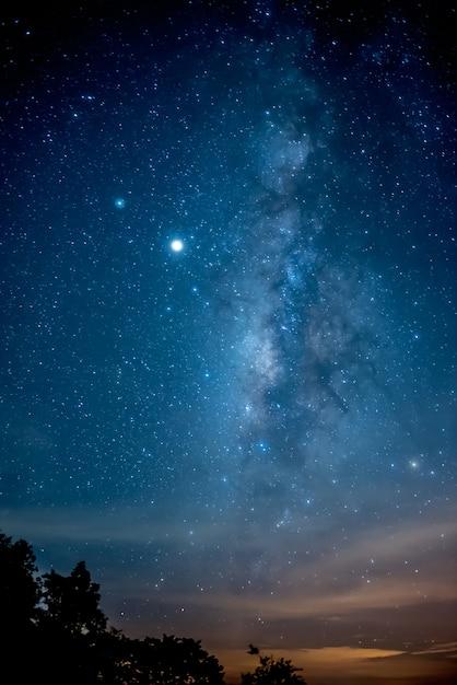 Kolor I Piękna Galaktyka Drogi Mlecznej Na Nocnym Niebie Premium Zdjęcia