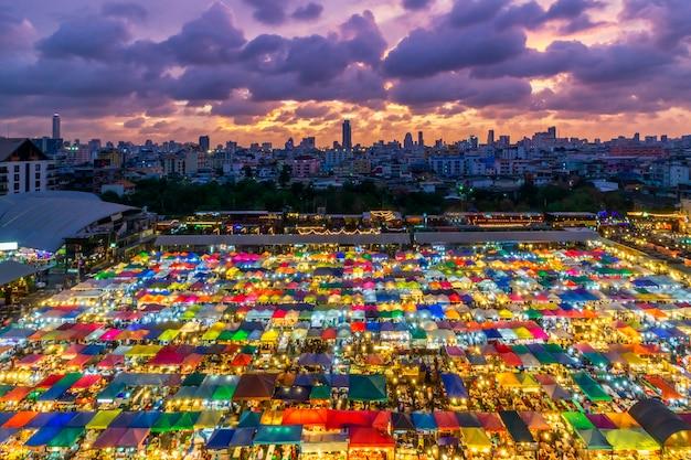 Kolor pełno taborowy noc rynek ratchada, bangkok tajlandia Premium Zdjęcia