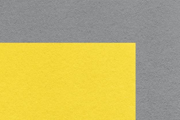 Kolor Trendu Pantone Roku 2021 Rozświetlający żółty I Ultimate Grey. Tekstura Starego Neutralnego Szarego Papieru, Makro. Premium Zdjęcia