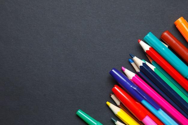 Kolorów ołówki na szarym tle Premium Zdjęcia