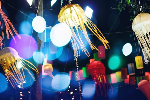 Kolorowa latarnia iluminująca przy nocą Premium Zdjęcia